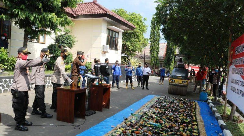 Operasi Pekat Lodaya, Polres Majalengka Musnahkan Ribuan Botol Miras